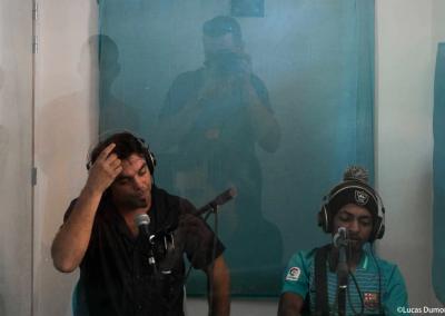 Un animateur et un volontaire devant leur micro dans un studio